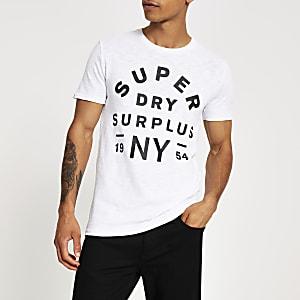 Superdry - T-Shirt in Weiß mit aufgedrucktem Logo auf der Brust