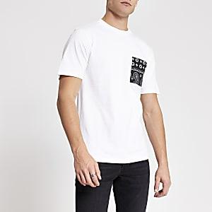 Wit slim-fit T-shirt met bandana-print en borstzakje