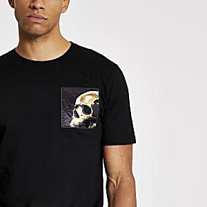 Slim Fit T-Shirt in Schwarz mit Totenkopfaufnäher