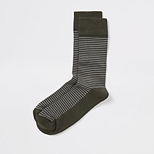 Khakifarbene, strukturierte Socken mit Streifen