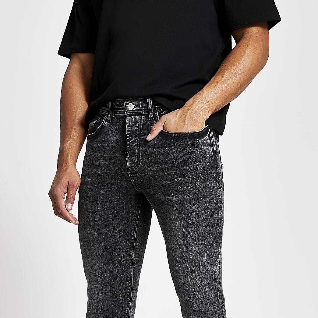 Schwarze Jeans in kurzem Karottenschnitt mit Acid-Waschung
