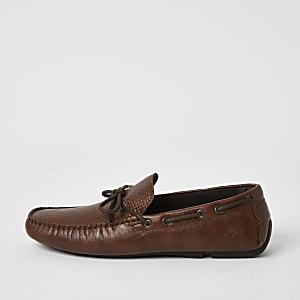 Chaussures bateau texturées nouées sur le devant marron