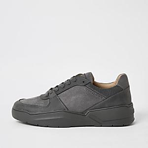Baskets grises à lacets et semelle épaisse