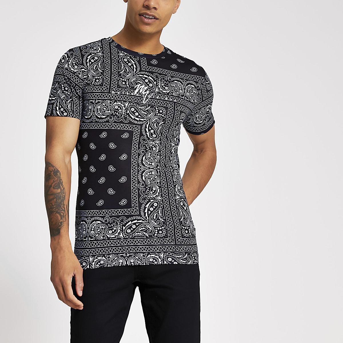 Zwart aansluitend T-shirt met bandanaprint
