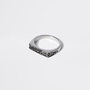Zilverkleurige gegraveerde zegelring