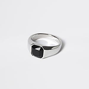 Silberfarbener Siegelring mit schwarzem Stein