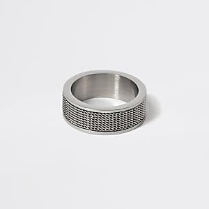 Silberfarbener, strukturierter Ring mit Mesh-Einsatz