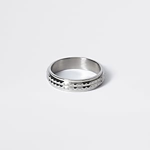 Silberfarbener, strukturierter Ring