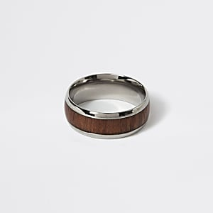 Zilverkleurige ring met houten vlak