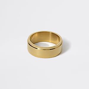 Goldfarbener, erhabener Ring