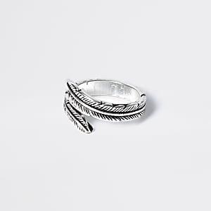 Silberfarbener Wickelring im Feder-Look