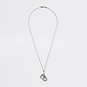Zilverkleurige ketting met handboeienhanger