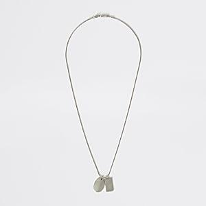 Silberfarbene Halskette mit Blechschildanhänger