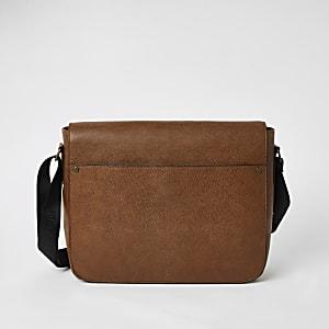 Sac bandoulière marron texturé avec poche sur le devant