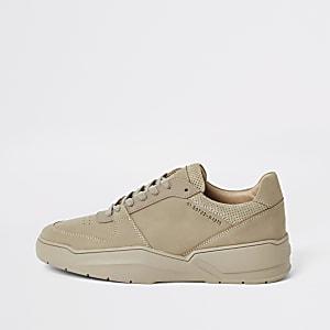Geschnürte Sneaker mit grober Sohle in Steingrau