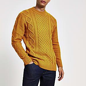 Dunkelgelber Pullover mit Zopfstrickmuster und Rundhalsausschnitt