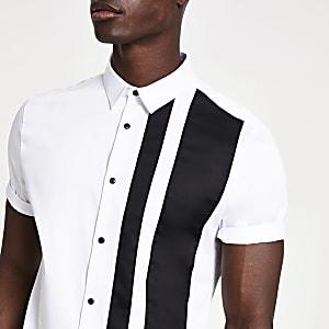 Wit overhemd met korte mouwen en blokstrepen