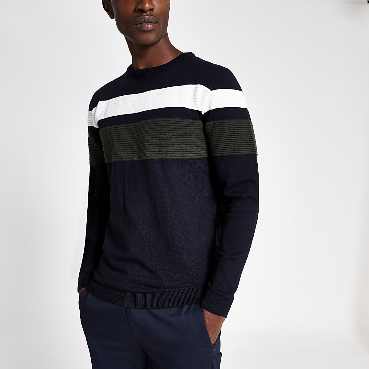 Marineblauwe slim-fit pullover met kleurvlakken