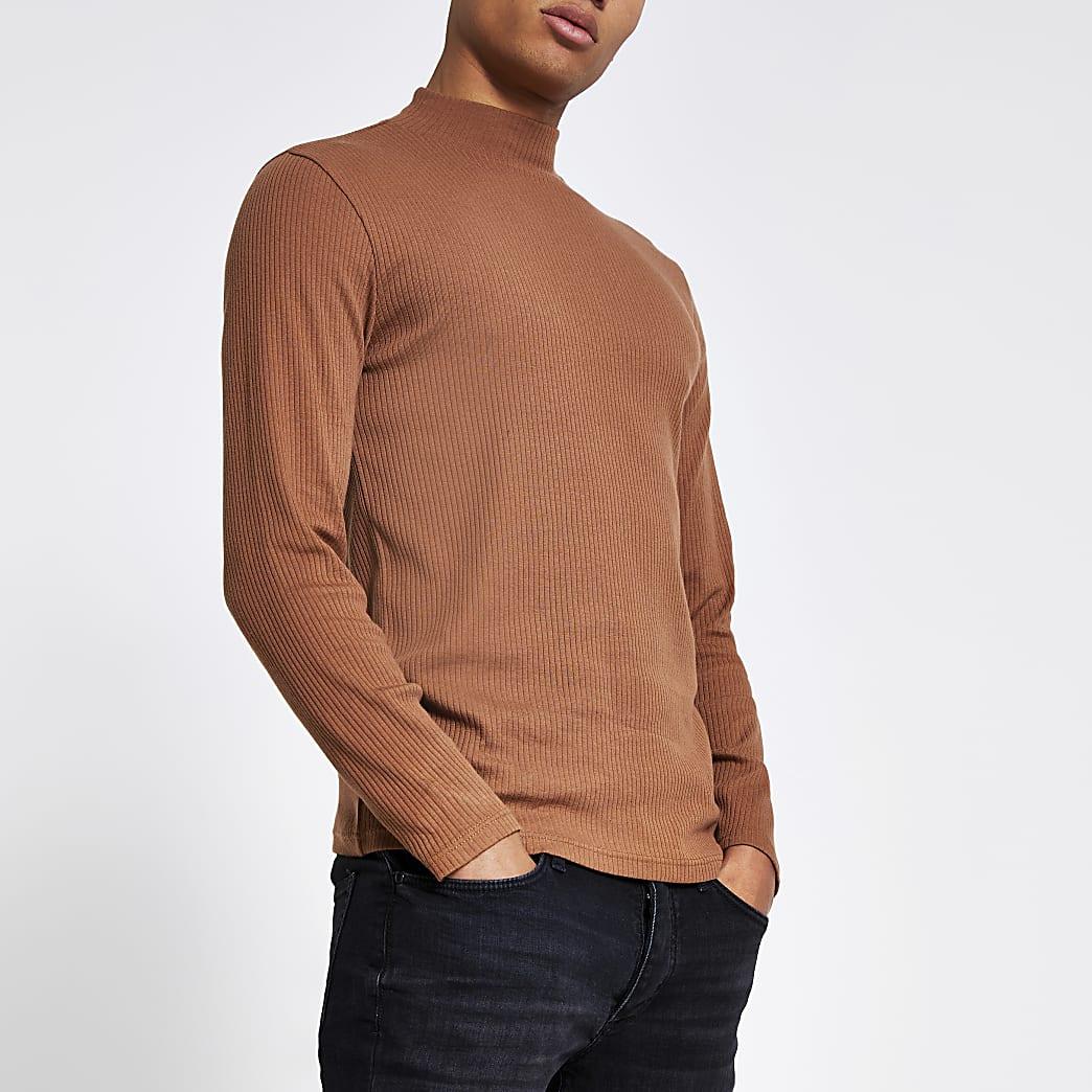 Top slim marron côtelé à col montant