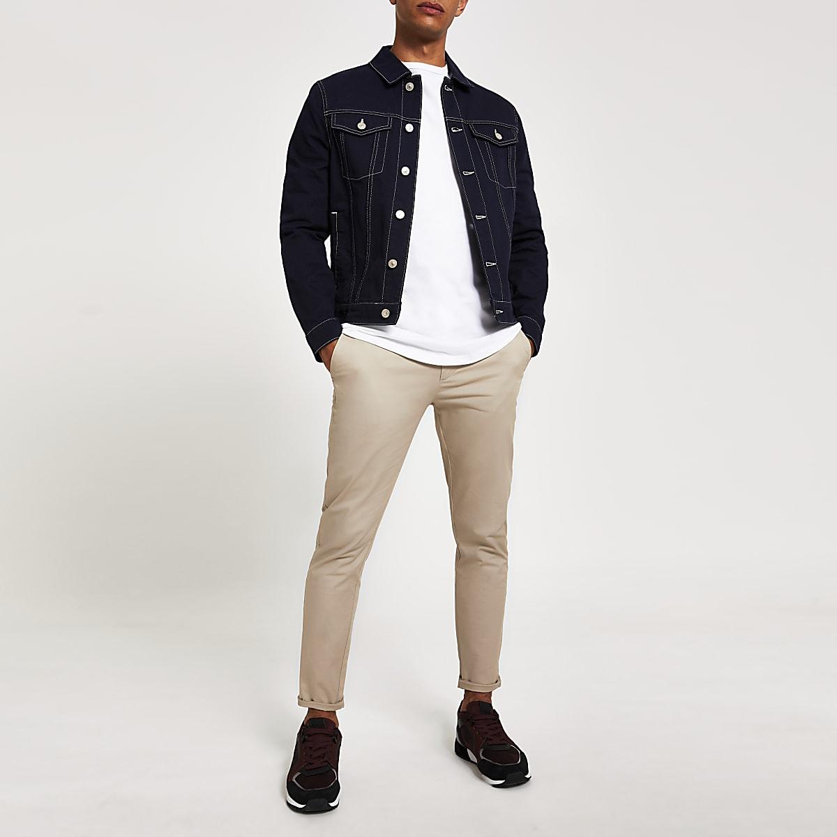 Marineblauw jack met klassieke pasvorm en contrasterend stiksel