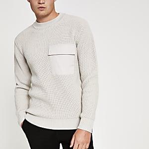 Steingrauer Pullover mit Rundhalsausschnitt und gewebter Brusttasche