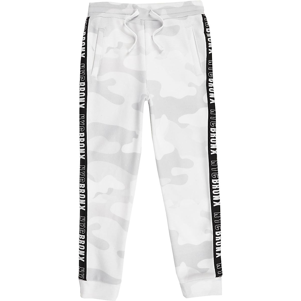 Witte Joggingbroek Heren.Witte Joggingbroek Met Camouflageprint En Band Aan De Zijkant Voor