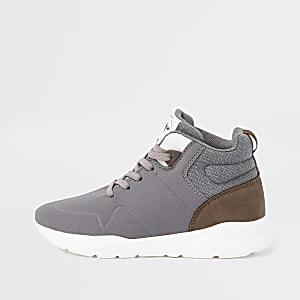 Graue, hohe Sneaker