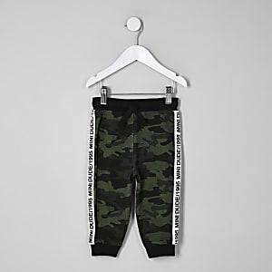Mini - Kakigroene joggingbroek met camouflageprint en bies opzij voor jongens