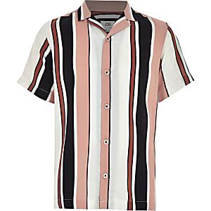 Weißes Hemd mit vertikalen Streifen