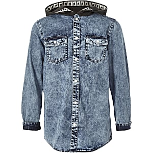Blaues Jeanshemd mit Kapuze