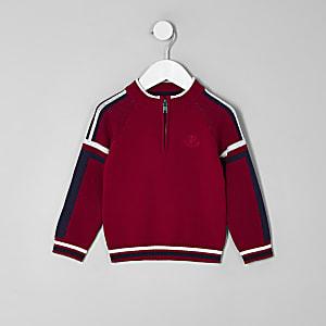 Roter Pullover mit Stehkragen