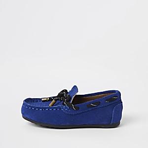 Blaue Schuhe zum Schnüren