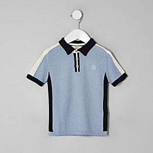 Blaues Polohemd in Blockfarben