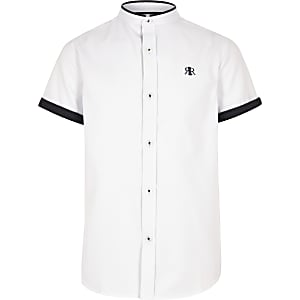 Wit jongensoverhemd met contrasterende rand