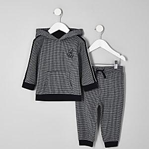 Outfit mit schwarzer, karierter Jogginghose