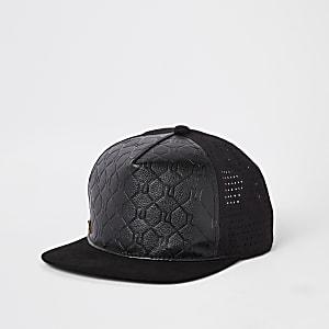 Schwarze Kappe mit Prägung