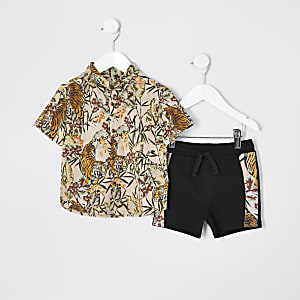 Outfit mit pinkem Hemd mit Tiger-Print
