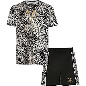 Outfit mit braunem T-Shirt in Schlangenlederoptik