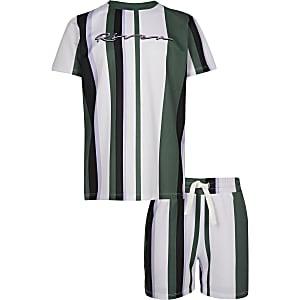 Outfit mit grünem, gestreiftem T-Shirt