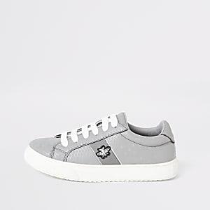 Graue Sneakers zum Schnüren