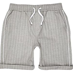 Graue, gestreifte Shorts