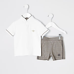 Outfit mit weißem Polohemd und Shorts