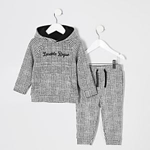 Outfit mit grauem, kariertem Hoodie für kleine Jungen