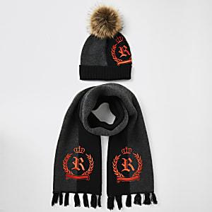 Set met zwarte gebreide muts en sjaal met RI-wapen voor jongens
