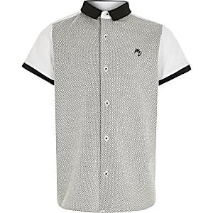 Weißes, kurzärmeliges Hemd in Blockfarben für Jungen