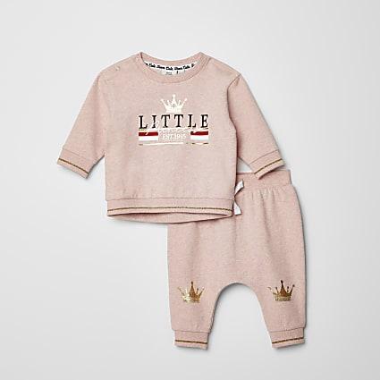 Baby pink printed sweatshirt outfit