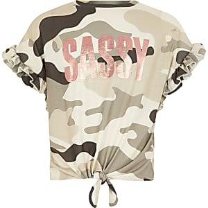 Bruin T-shirt met camouflageprint, 'Sassy'-tekst en ruchemouwen