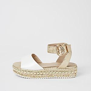 Witte sandalen met studs en plateauzool