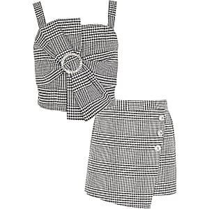 Outfit met zwarte cropped top met strik en pied-de-poule-motief
