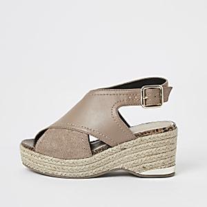 Braune, gekreuzte Sandalen mit Keilabsatz für Mädchen